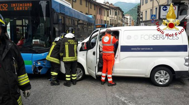 L'autobus e il furgone si sono scontrati in piazza San Rocco