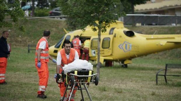 L'anziana viene portata via con l'elicottero (foto Zeppilli)