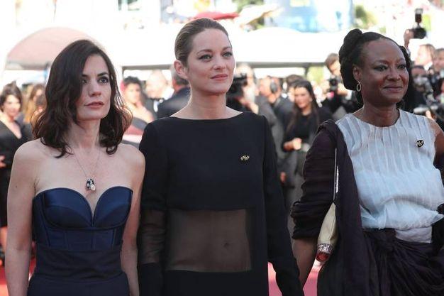 Vanessa Filho, Marion Cotillard e Zalika Souley mano nella mano (Lapresse)