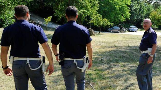 Poliziotti al lavoro nel parco di Fontescodella  (foto Calavita)
