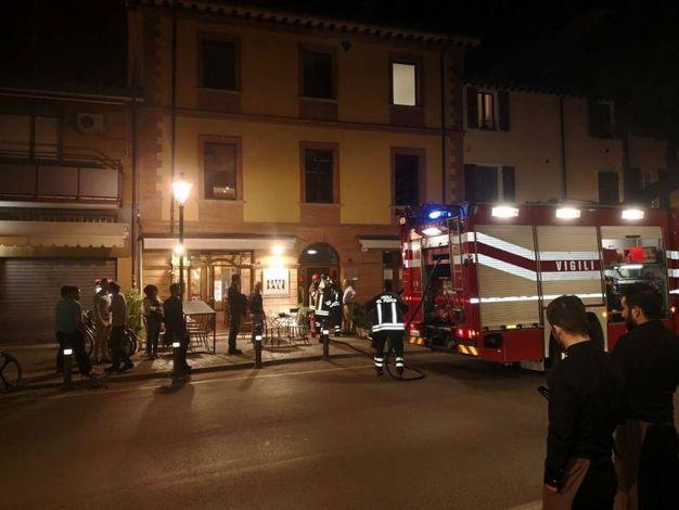 Vigili del fuoco sul posto e clienti in strada