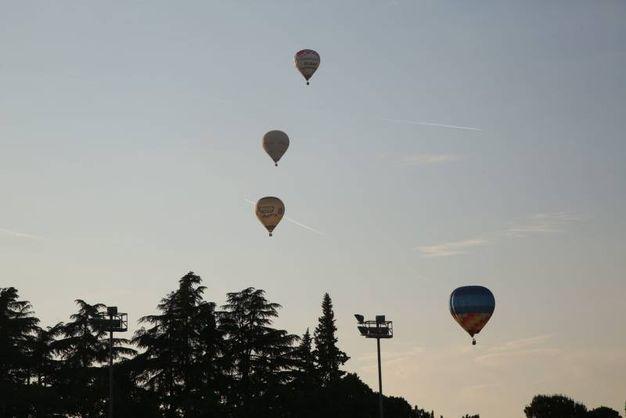 Le mongolfiere colorano il cielo dell'ippodromo  (foto Ravaglia)