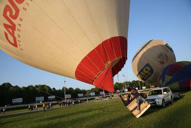 I palloni erano ancorati a terra da cavi, ma hanno potuto superare i 350 metri d'altezza (foto Ravaglia)