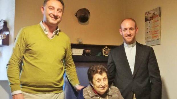 Pina Lisandrelli con il sindaco Fabio Vergari e il parroco don Matteo Monfrinotti