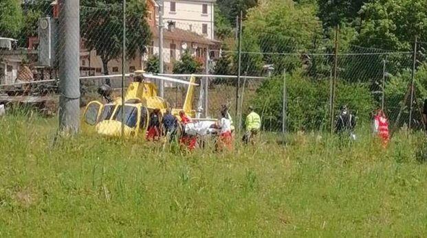 L'eliambulanza è atterrata nella frazione di Serralta e ha trasportato il motociclista a Torrette