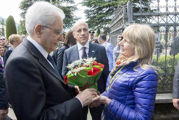 Mattarella riceve in dono una stella alpina (Ansa)