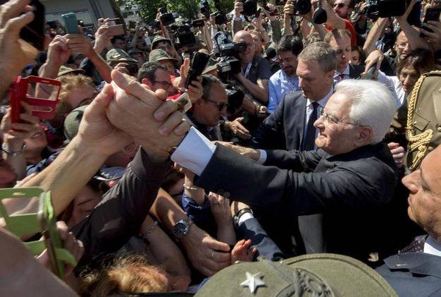 Bagno di folla per il capo dello Stato (Ansa)