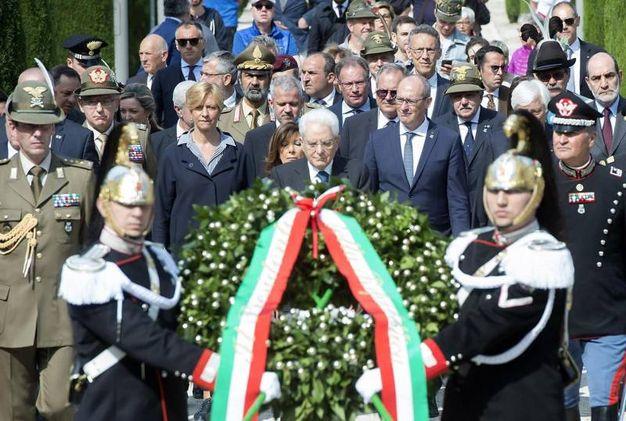 La deposizione di due corone, una alla lapide dei caduti italiani e l'altra a quella dei caduti austroungarici (Ansa)