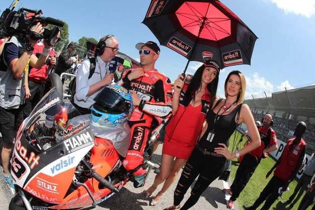 Aida Yespica in pit lane con Manuela Raffaetà e suo marito, il pilota Ducati Melandri