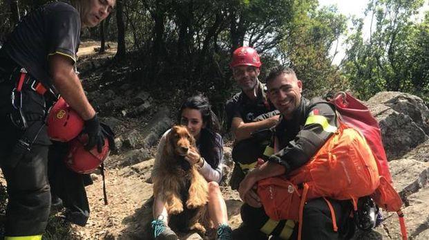 Consuelo Ghiselli abbraccia il suo amatissimo Achille appena salvato dai vigili del fuoco