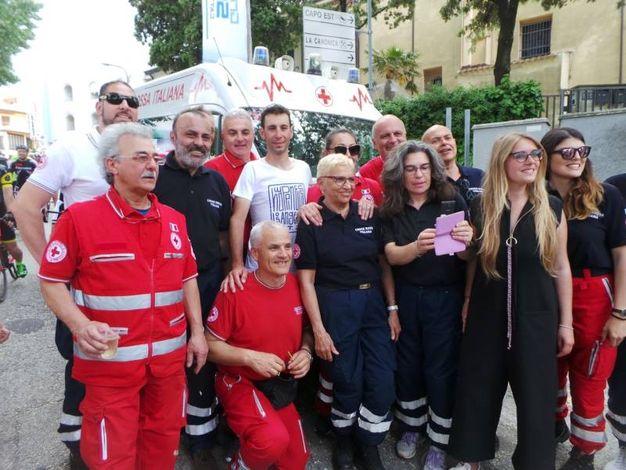 Nibali con alcuni degli oltre 400 volontari impegnati nella sicurezza dell'evento