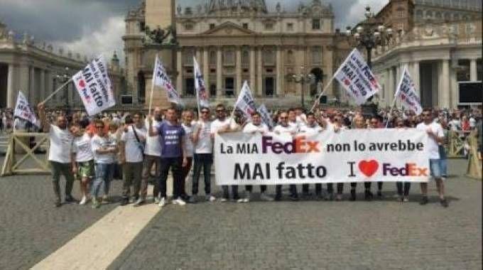 La delegazione  dei corrieri in piazza  San Pietro a Roma