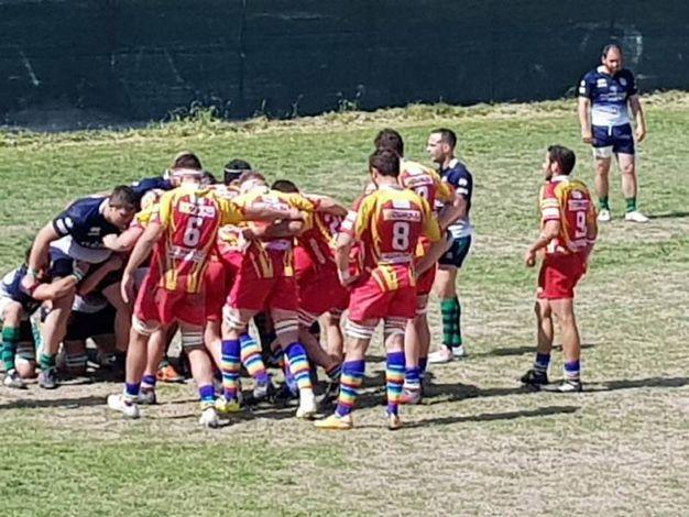 i giocatori di Pesaro con i calzettoni arcobaleno contro l'omofobia