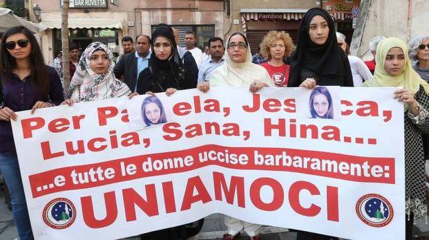 Donne pakistane in corteo alla manifestazione di Brescia per ricordare la ragazza uccisa