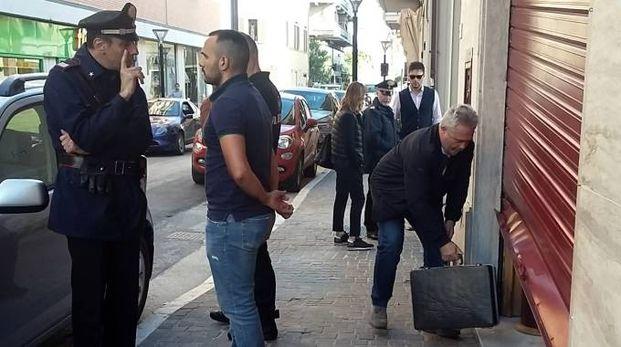 Gli investigatori dei carabinieri all'opera nel negozio