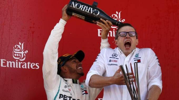 Lewis Hamilton festeggia al Montmelò (Ansa)