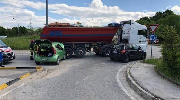 L'auto contro il camion alla rotatoria