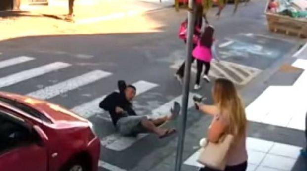 San Paolo, una mamma poliziotta spara a un rapinatore (da youtube)