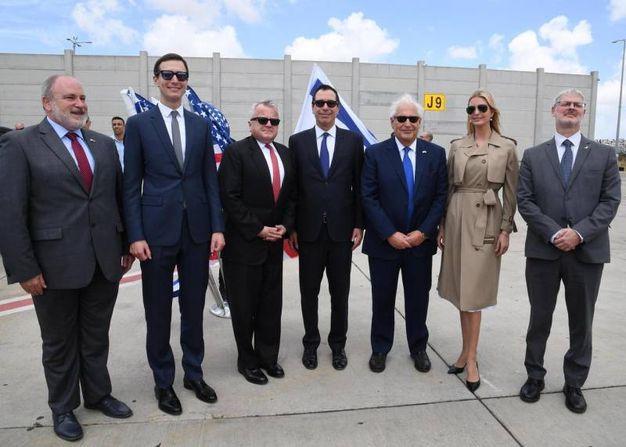 Ivanka Trump e Jared Kushner in posa con le delegazioni di Usa e Israele (Ansa)