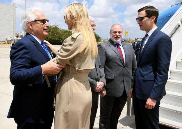 Ivanka Trump e Jared Kushner arrivano all'aereoporto Ben Gurion (Ansa)