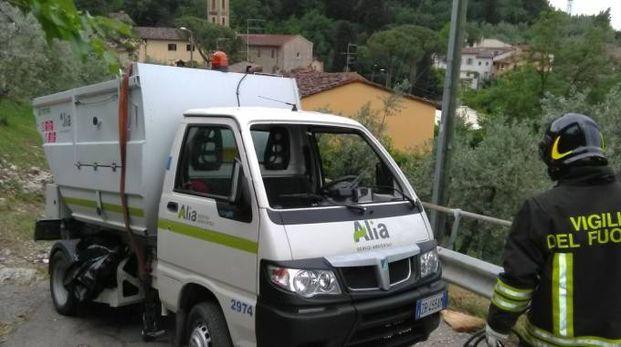 Il furgoncino che si è ribaltato (Foto: vigili del fuoco)