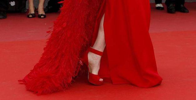 Plateau alto, tacco non troppo sottile, perfetto abbinamento col rosso dell'abito (Foto Epa)