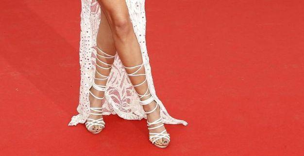 Si sono visti anche questi sandali 'alla schiava'. Un'idea che può copiare solo chi ha polpacci e caviglie sottilissime (Foto Epa)