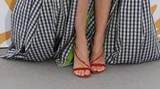 Vestito a quadretti bianco e neri con un tocco di verde. Certo il sandalo rosso si fa notare... (Foto Afp)