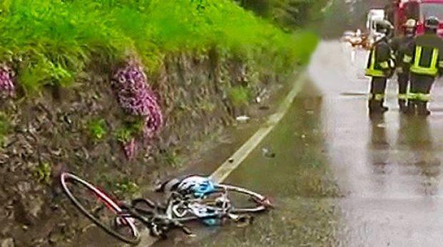 La bici di Agnese sull'asfalto subito dopo l'incidente