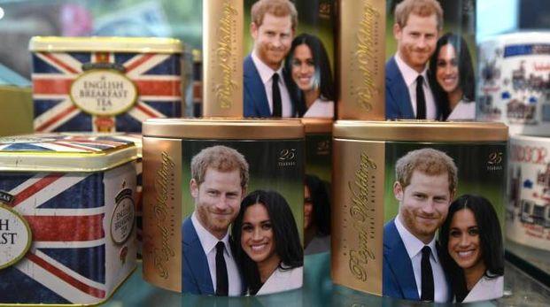 I volti del principe Harry e di Meghan Markle su alcuni gadget (Ansa)