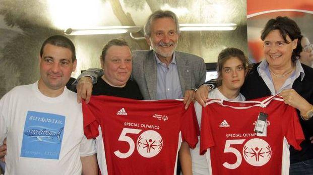 Il sindaco Bellandi e l'assessore regionale Saccardi con alcuni degli atleti che prenderanno parte ai giochi. Nella foto piccola: Romiti e Mencarelli