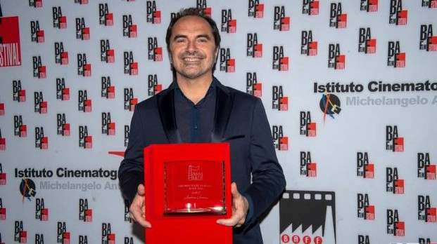 Andrea Guerra mostra il premio
