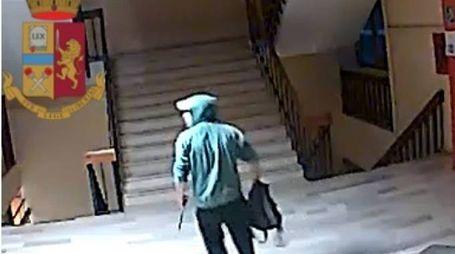 Il ladro all'interno dell'istituto scolastico