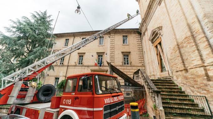 Il crollo all'istituto tecnico Montani (Foto Zeppilli)