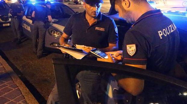 SICUREZZA Poliziotti in servizio durante un controllo notturno