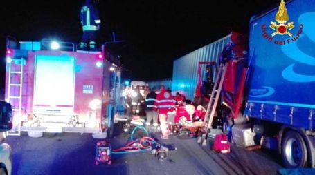 Vigili del fuoco e sanitari del 118 al lavoro sull'incidente