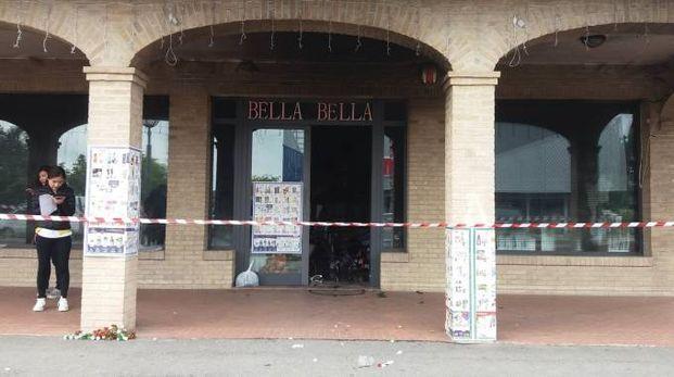 Ingenti i danni dentro al negozio cinese, le famiglie evacuate stanno rientrando in queste ore nella palazzina