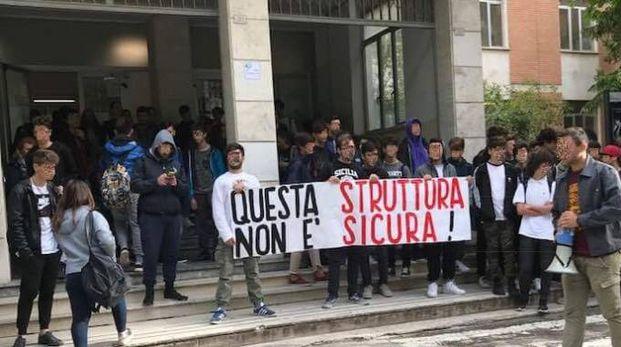 La protesta degli studenti del Montani (foto Zeppilli)