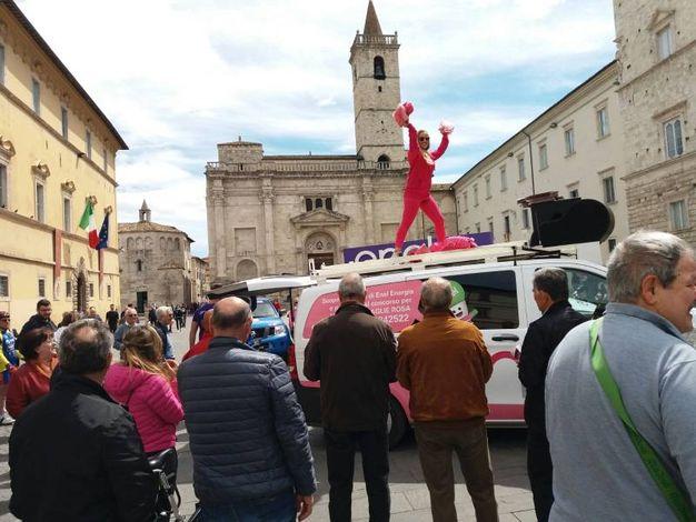 I primi mezzi ufficiali del Giro giunti in piazza Arringo
