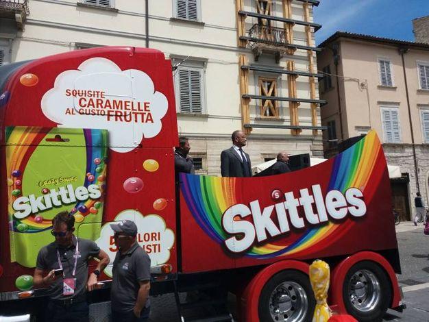 Il sindaco Castelli su un camion dellla Carovana