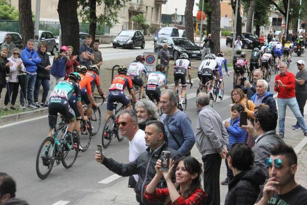 Folla in piazza Arringo per la Carovana (Foto Labolognese)