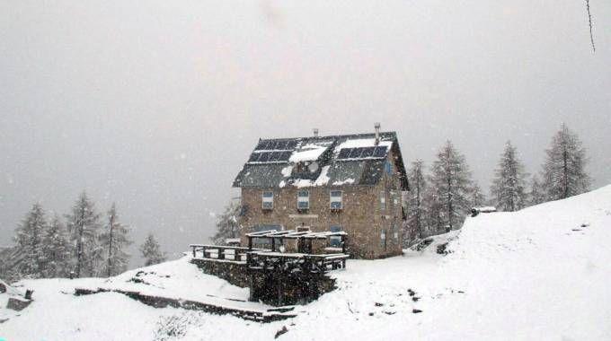 Previsioni meteo, primavera in retromarcia. neve sulle Dolomiti (foto Ansa)