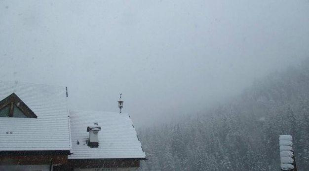 Nevicate di maggio sulle Dolomiti. Nella foto il Monte Pelmo (Ansa)