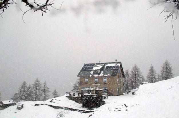 Nevicate di maggio sulle Dolomiti. Nella foto il rifugio delle Marmarole centrali (Ansa)