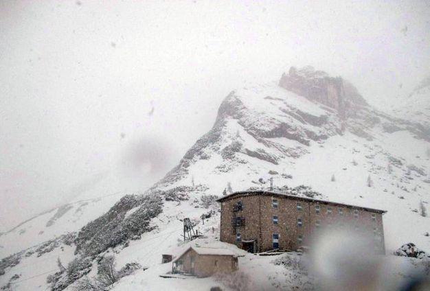 Nevicate di maggio sulle Dolomiti. Montagne imbiancate (Ansa)