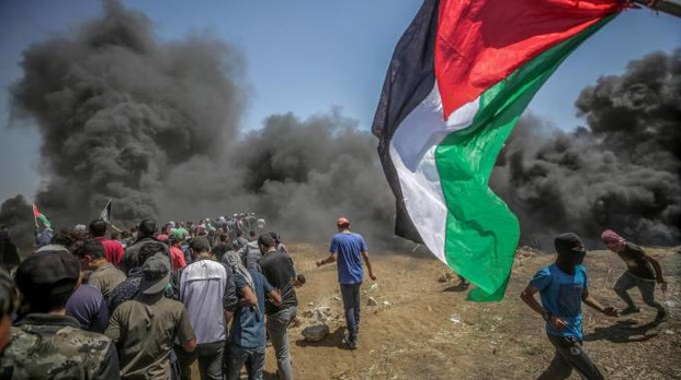 Scontri tra esercito israeliano e manifestanti palestinesi al confine di Gaza (Ansa)