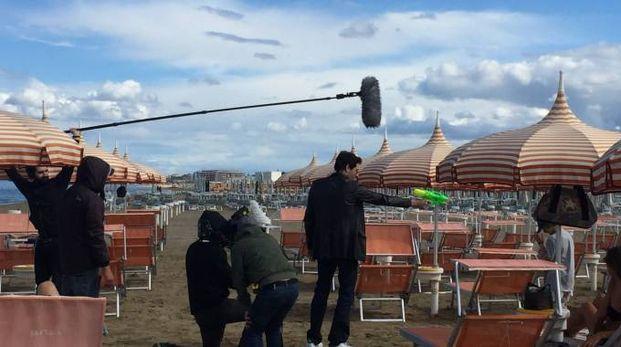 L'attore Giampaolo Morelli in spiaggia