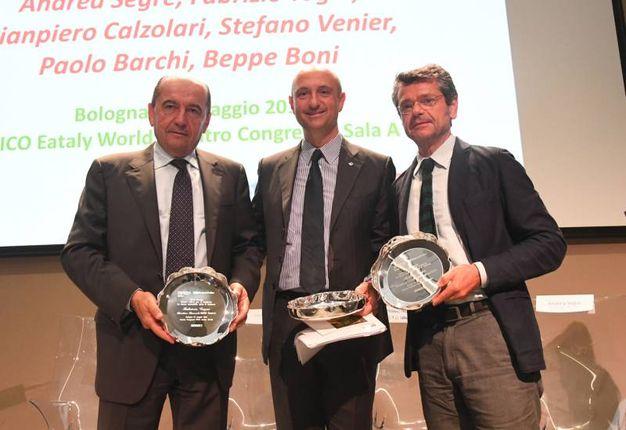 Beppe Boni, condirettore de il Resto del Carlino (a sx), sul palco con Palmieri e Segrè (Foto Schicchi)