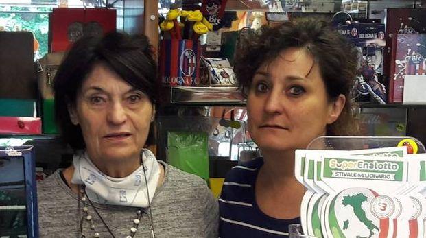 A sinistra, Maria Pia Casadio, 70 anni, con la figlia Michela Gamberini all'interno della tabaccheria (Mignardi)
