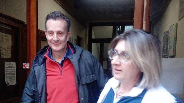 Antonio Logli all'uscita dal Comune nel suo primo giorno di lavoro